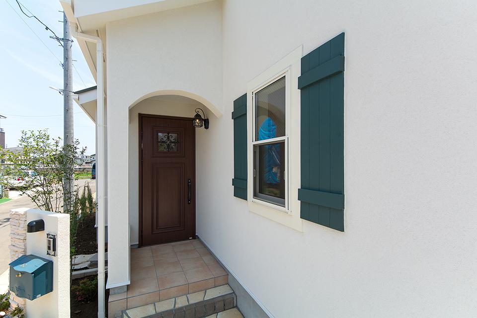 エントランス上部のアーチや白の塗り壁がプロヴァンスの雰囲気を演出。