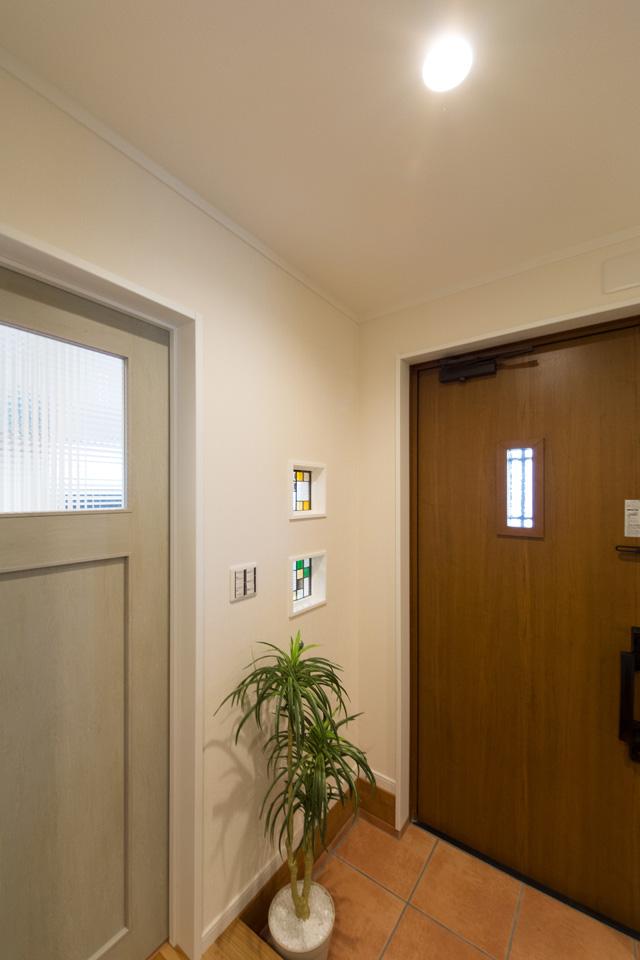 ナチュラルな雰囲気を演出するキャラメルチークの玄関ドア。