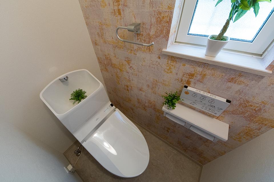 ヴィンテージ風のアクセントクロスをあしらった1階トイレ。