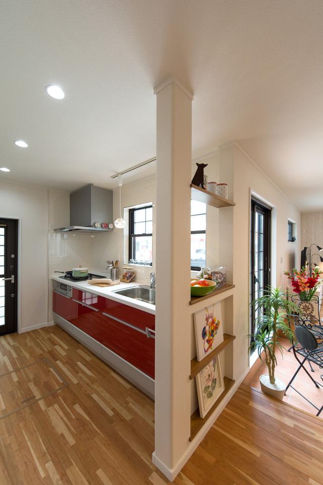 エレガントで美しい光沢を放つクリスタレッドのキッチン扉を採用したキッチン。
