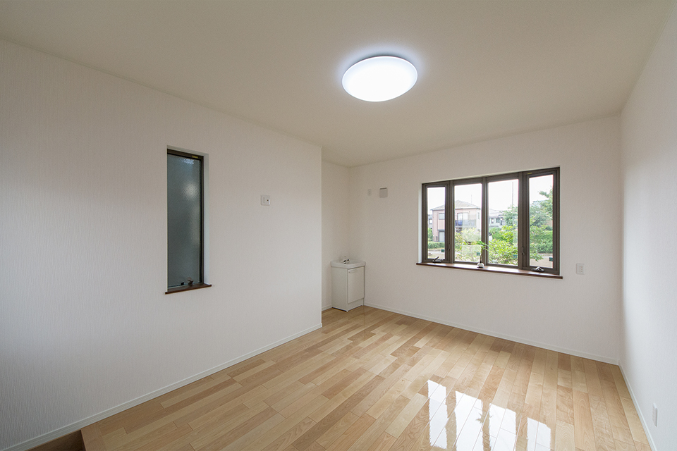 1階洋室。出窓から自然のやさしい光が射し込み心地良い空間。