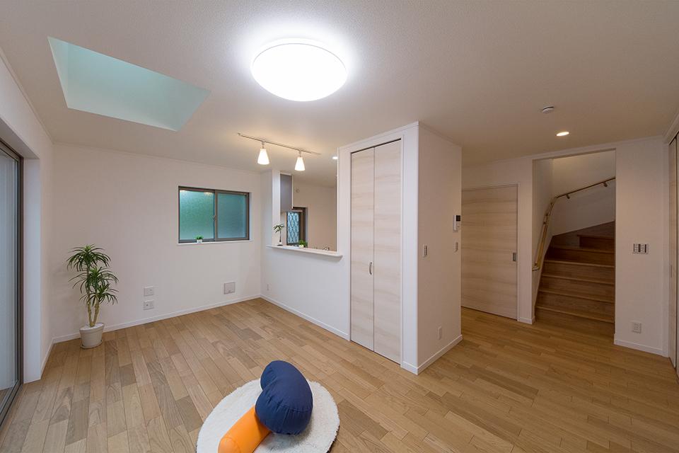 勾配天井にトップライトを設えたリビング。明るく開放感のある空間に。