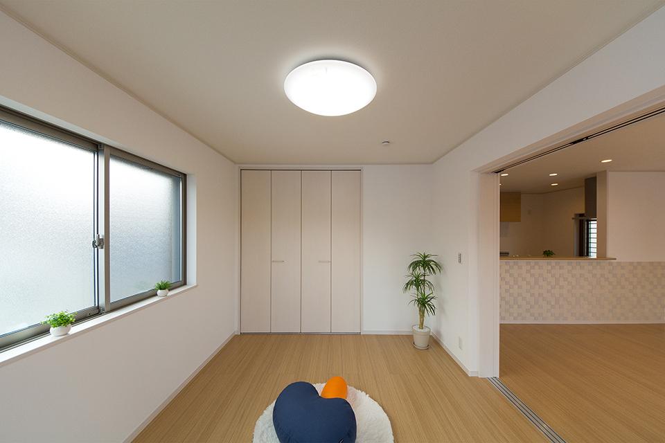 1階洋室。引き戸を開け放てばLDKと違和感なく調和し、開放感いっぱいの大空間に。