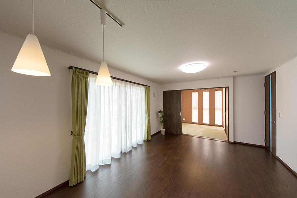 ダイニングスペースに設えたペンダントライトが、空間をやさしく照らします。