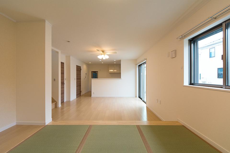 畳のさわやかなグリーンが空間を彩る小上がりになった畳敷きスペース。