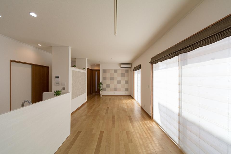 一面に配した大きな窓が、明るく開放感ある室内を演出。