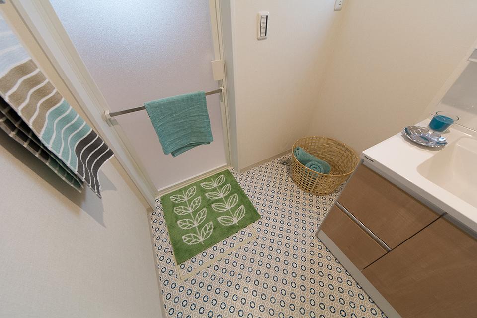 ノルディックデザインのクッションフロアがサニタリールームを彩ります。