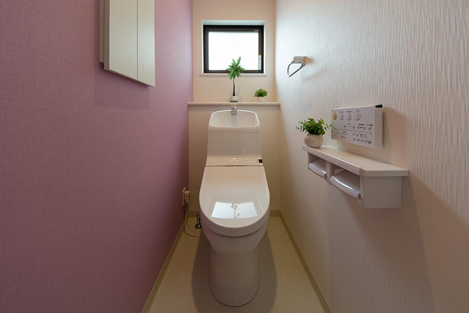 アクセントクロスが印象的な2階トイレ。