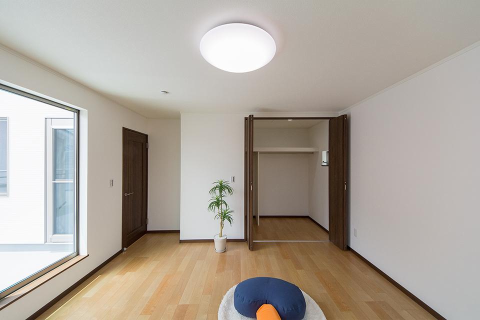 2階洋室。バーチのフローリングとウォルナットの建具が、リビング同様ナチュラルな空間を演出。