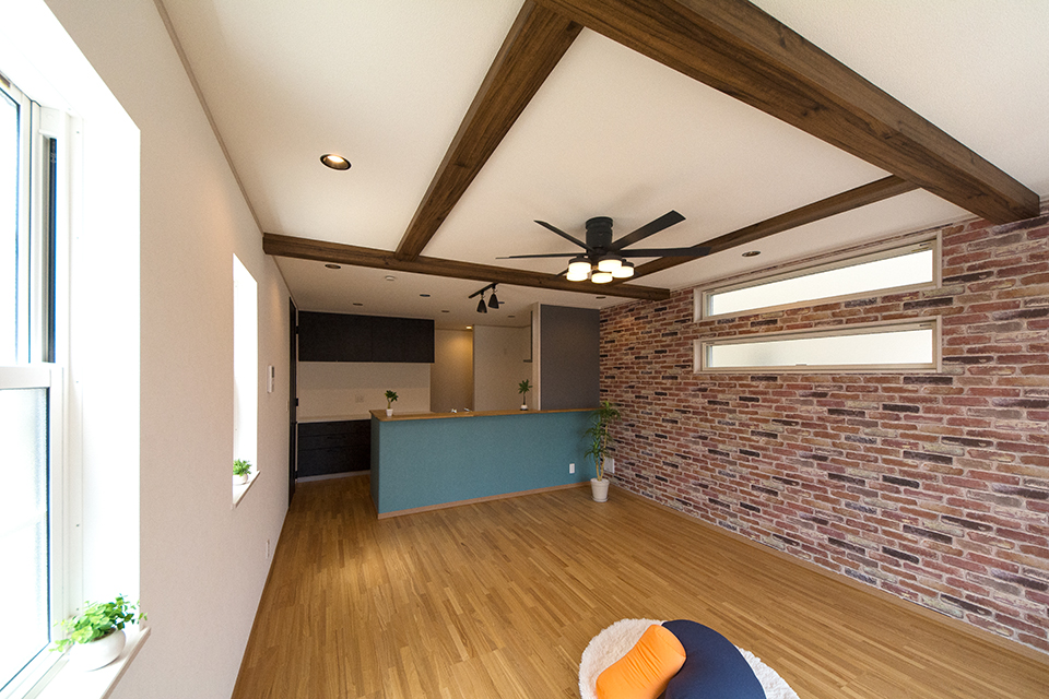 天井に広がる化粧梁がナチュラルな空間を演出するリビングダイニング。