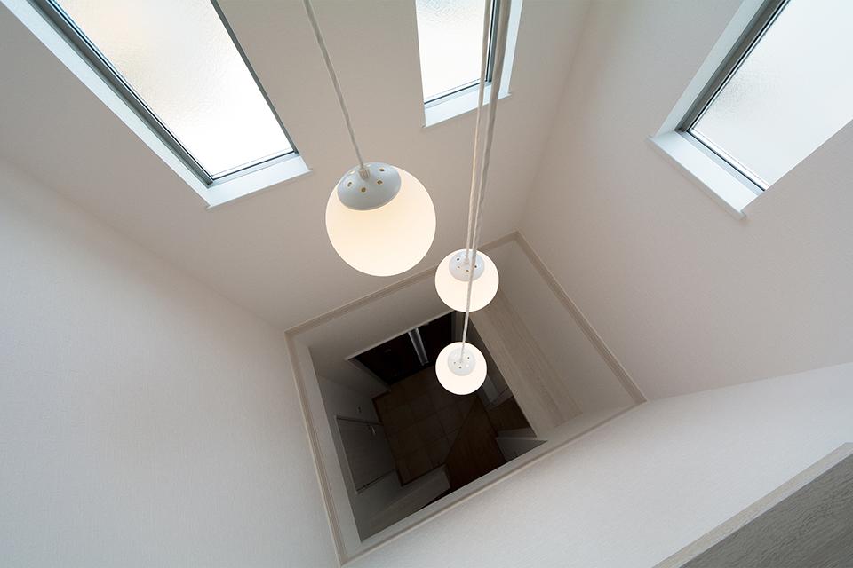 玄関上部は開放的な吹き抜け。自然光が降り注ぐ明るい空間に。