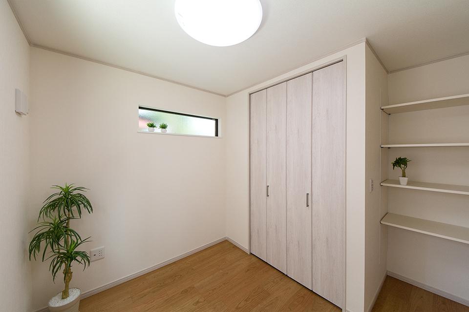 1階洋室。リビング同様ブラックチェリーのフローリングがナチュラルな空間を演出します。