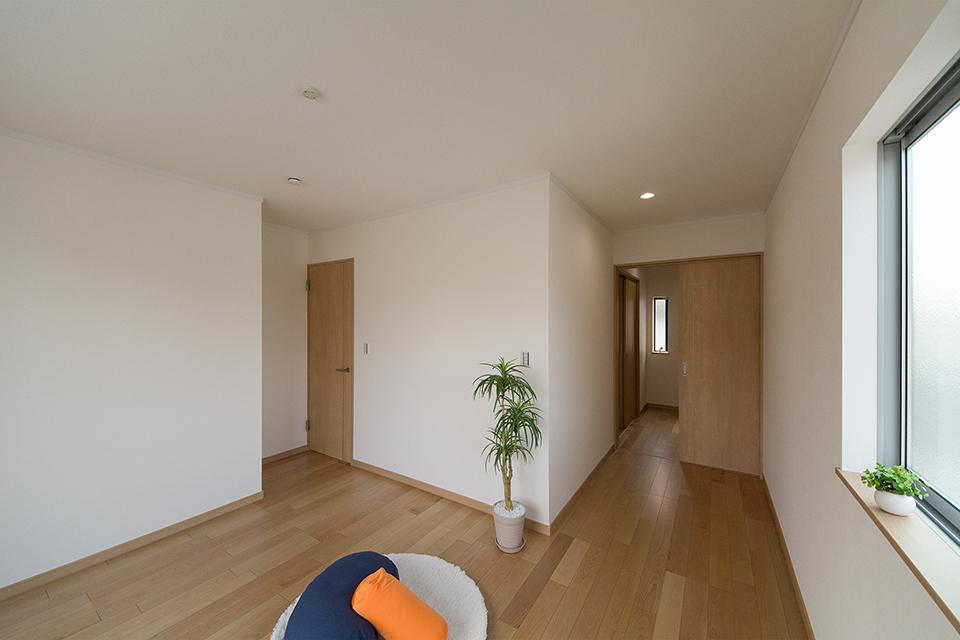 2階洋室。バーチのフローリングとブラウンの建具が、リビング同様ナチュラルな空間を演出。