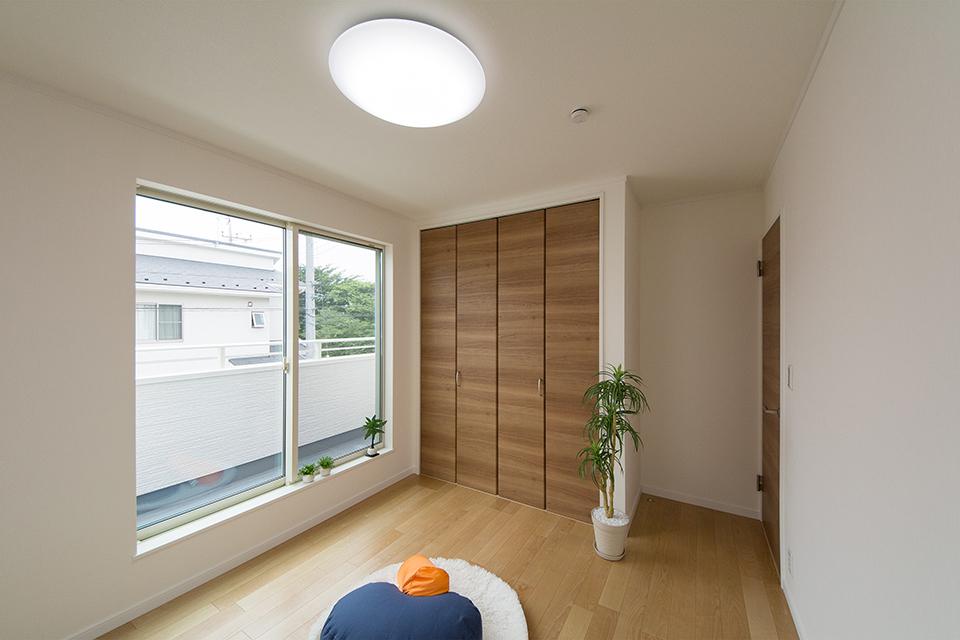 2階洋室。バーチのフローリングとブラウンの建具がナチュラルな空間を演出。