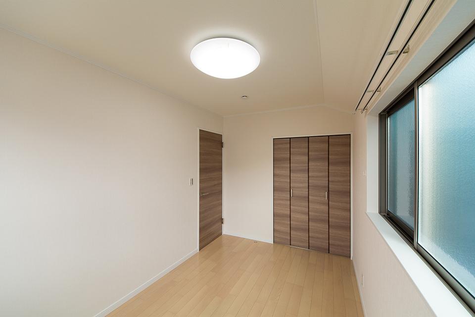 2階洋室。ライトチェリーのフローリングとブラウンの建具がナチュラルな空間を演出。