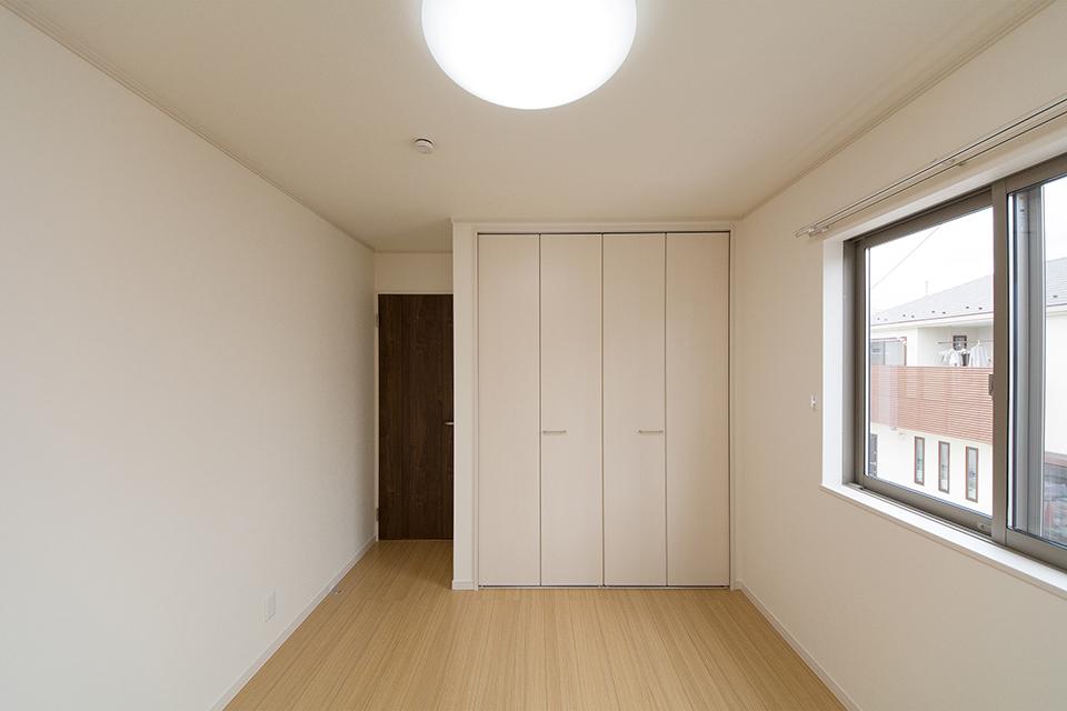 リビング同様の配色でナチュラルな雰囲気の2階洋室。