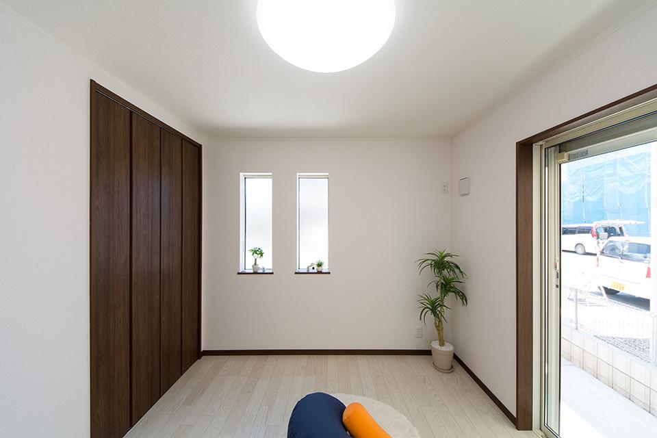 1階洋室。ホワイトアッシュのフローリングが優しくナチュラルな空間を演出します。