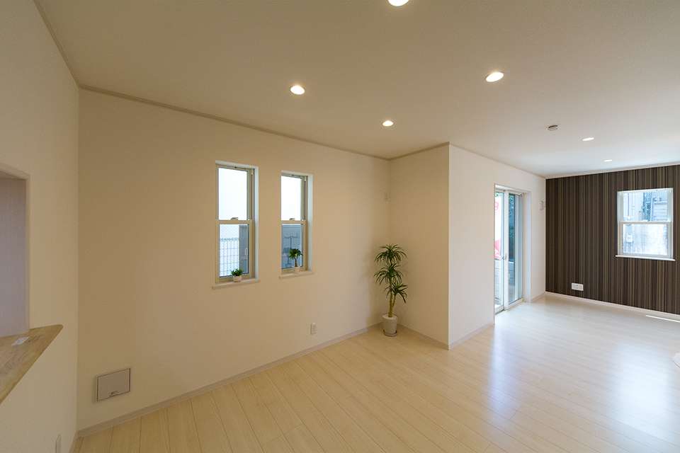 美しく繊細な木目のフローリング(プレシャスアッシュ)が窓から差し込む光を反射し、空間を優しく包み込みます。