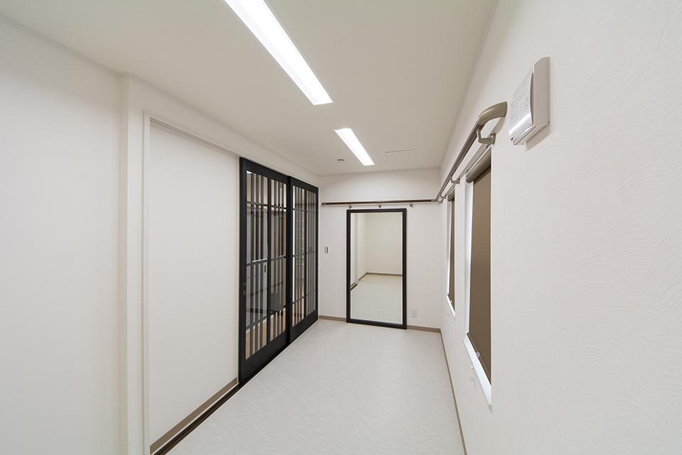 黒の格子ドアが印象的な着付け部屋。