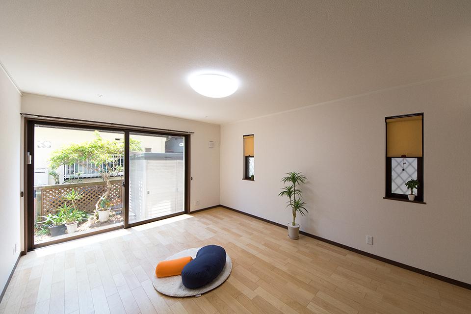 1階洋室。リビング同様の配色。ハードメープルのフローリングとウォールナットの建具がナチュラルな雰囲気を演出。