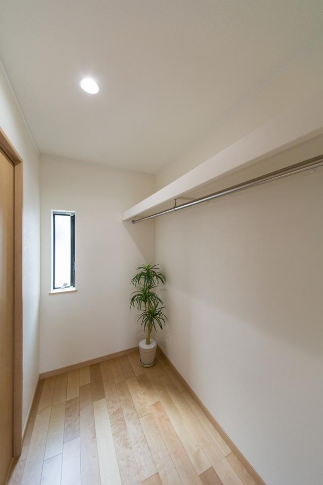 収納力あるウォークインクロゼット。廊下からの動線も確保し、使い勝手良好です。