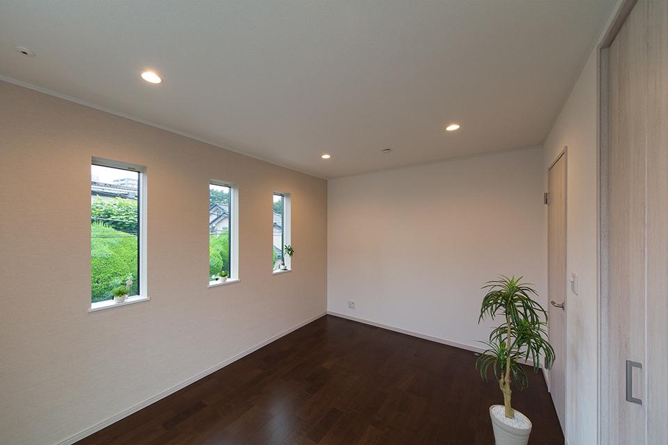 2階洋室もリビング同様の配色。ブラックウォルナットのフローリングに白のクロスと建具がメリハリのある空間を演出。