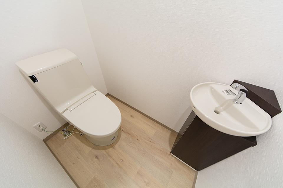 白を基調とした清潔感のある1階店舗トイレ。