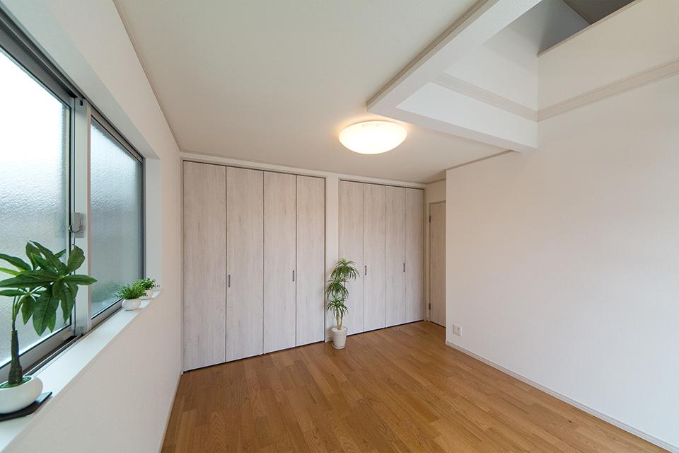 ロフトを設えた2階主寝室。収納豊富な居住空間に。