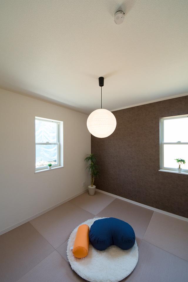 シックな配色のアクセントクロスと畳を採用した癒しの和空間。