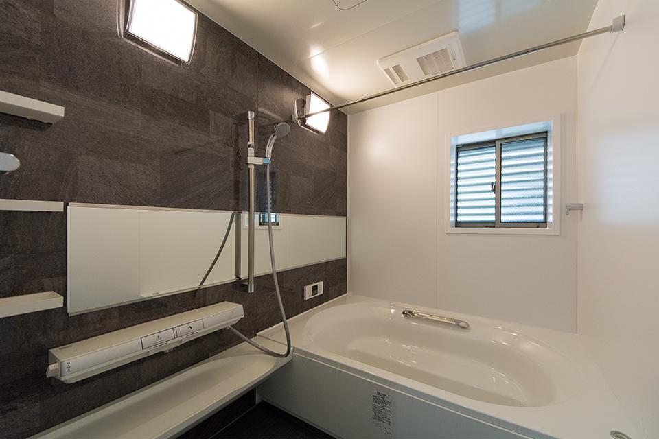 広々1.25坪の浴室。シックな色合いのアクセントパネルがエレガントな雰囲気を演出。