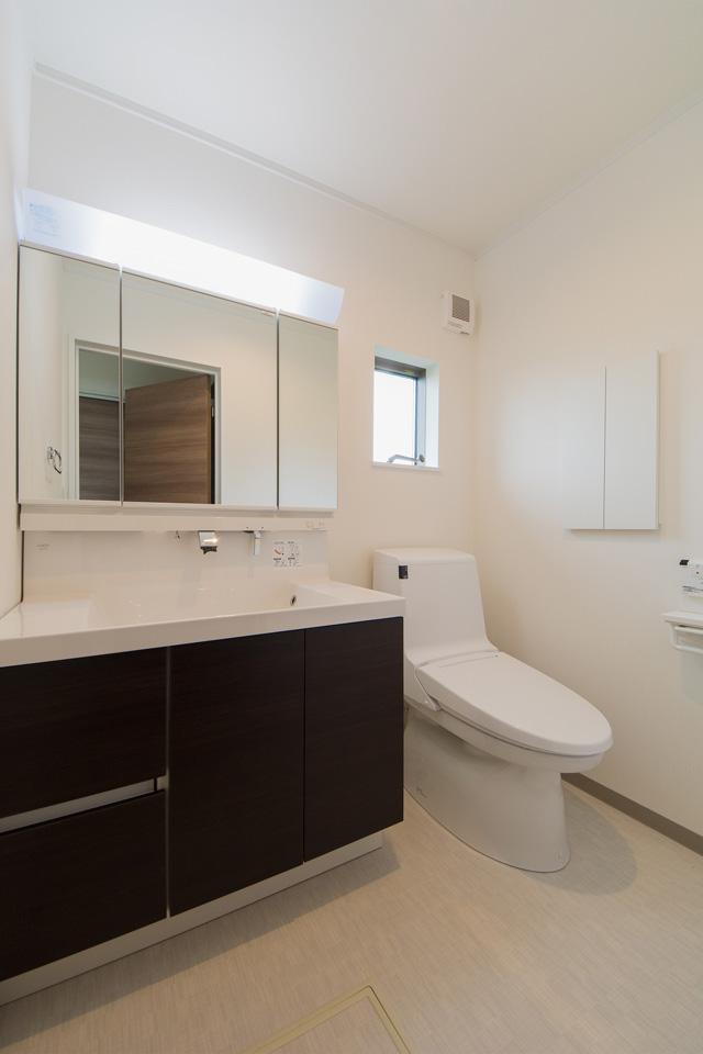 洗面化粧台を設えた2階トイレ。