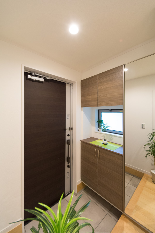 渋柿調の玄関ドアが印象的な玄関。