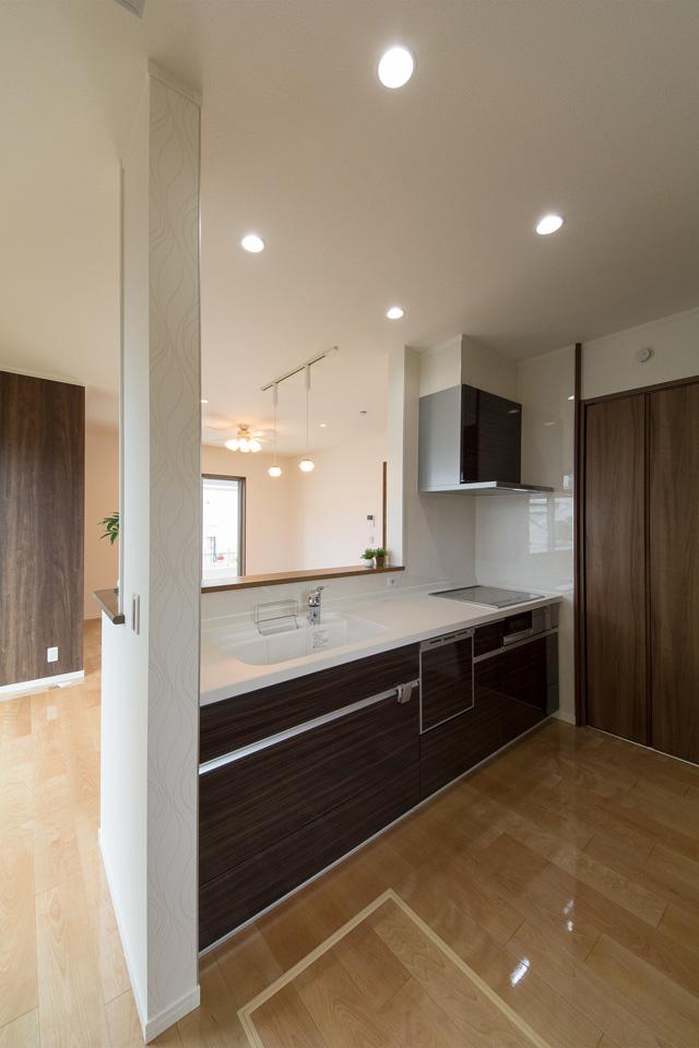 シックで美しい光沢を放つチャコールゼブラのキッチン扉。