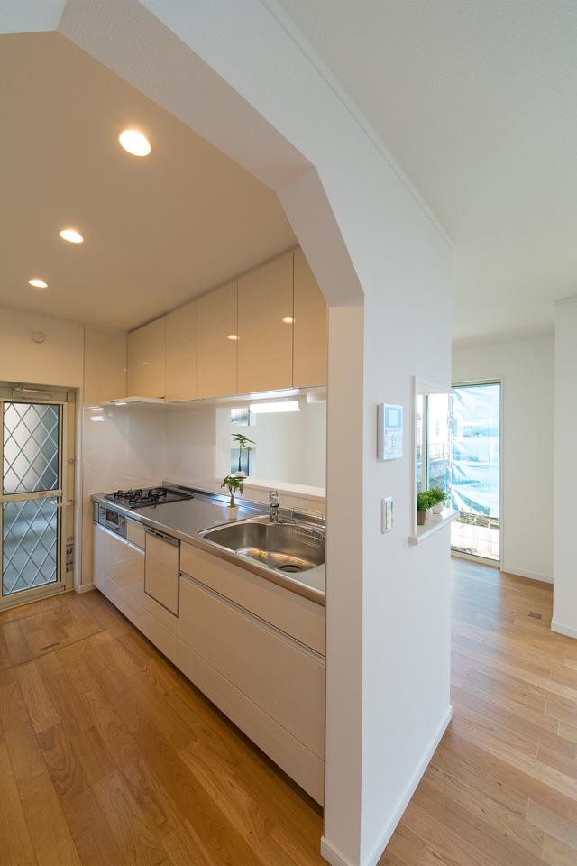 白を基調とした清潔感のあるキッチンスペース。R形状にした入口がやさしい印象を与えます。