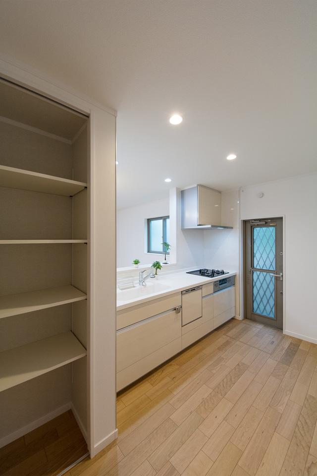 収納に便利なパントリーを備えたキッチンスペース。