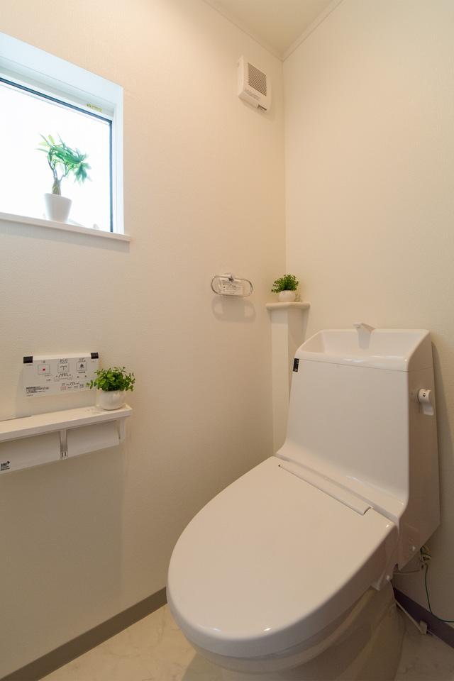 白を基調とした清潔感のある2階トイレ。