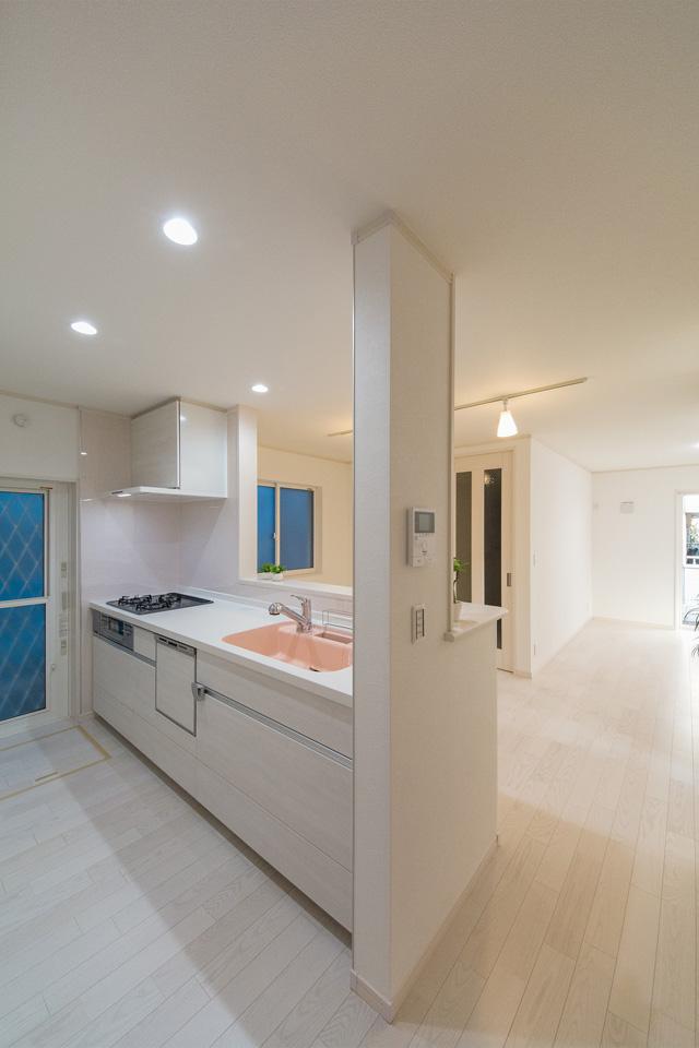 白を基調とした清潔感のあるキッチンスペース。ライトピンクのシンクが爽やかな印象をプラス。