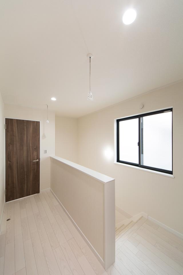 大量のタオルを干す為、2階ホール部分天井にもホスクリーンを設置。
