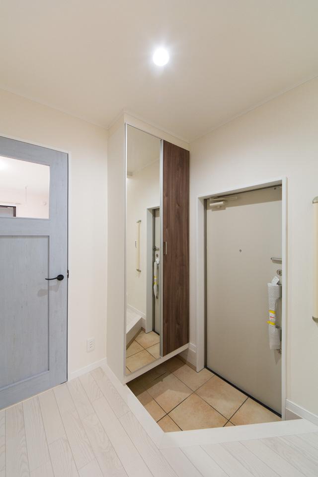 居住スペース玄関。シャビー感のあるブルーペイント調室内ドアが印象的です。