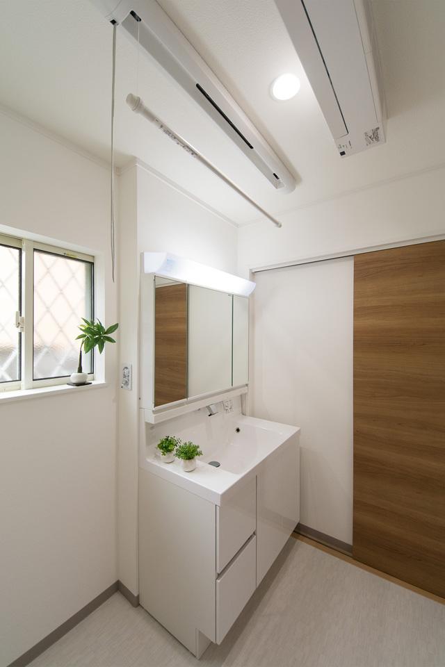 白を基調とした清潔感のあるサニタリールーム。