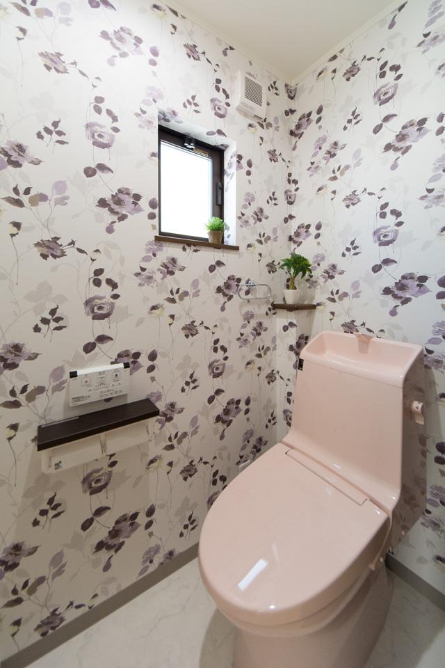 2階トイレ。壁全面にあしらった花柄クロスとライトピンクが可愛らしい印象に。