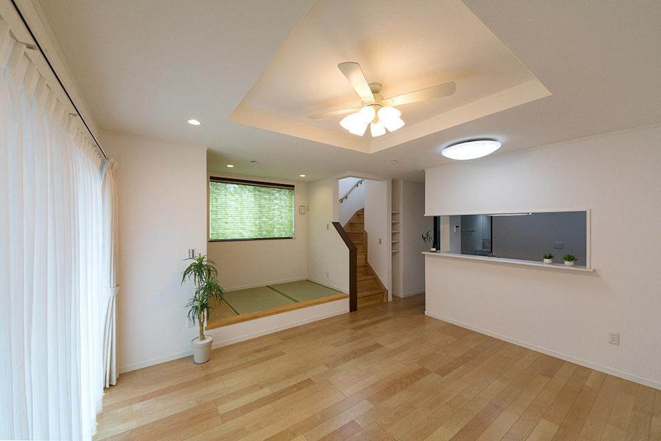 小上がりの畳スペースや折り上げ天井が特徴的なリビングスペース。