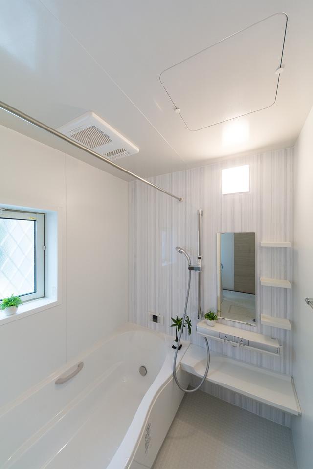 ストライプ柄のアクセントパネルが爽やかで清潔感のある空間を演出。