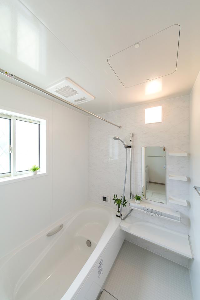 爽やかな配色のアクセントパネルが清潔感ある空間を演出。