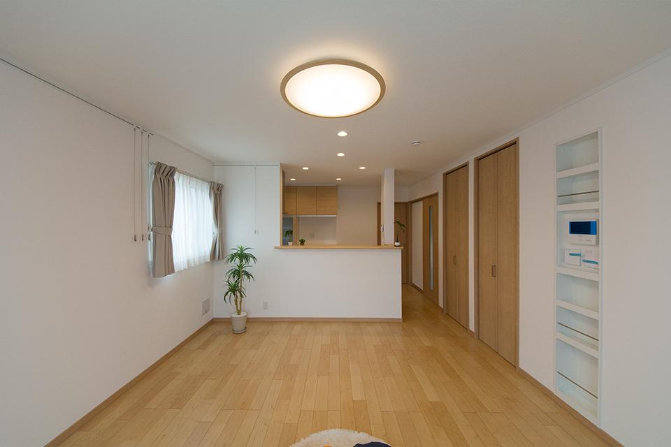 (2階リビング)やわらかな木目が印象的なハードメープルのフローリング。ブラウンの建具と相まってナチュラルな雰囲気を演出。