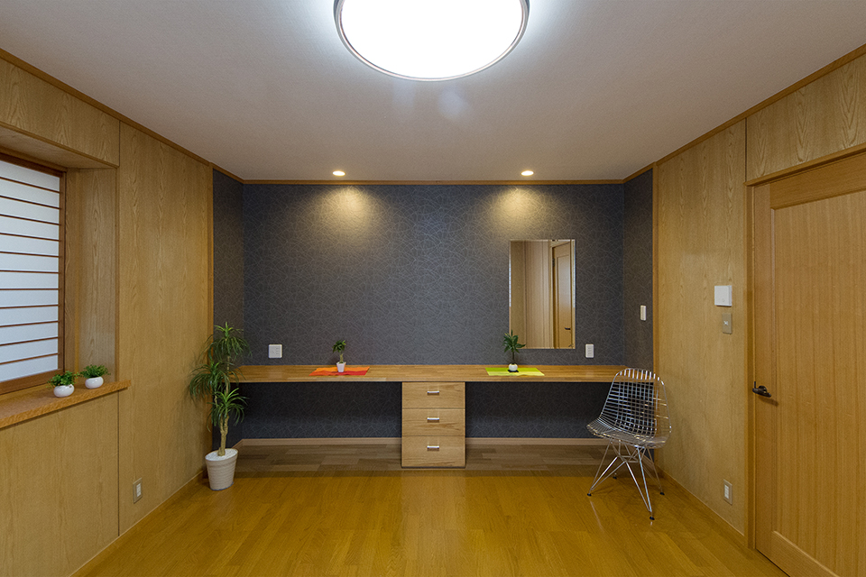 主寝室。壁面のクロゼットをデスクスペースに利用。