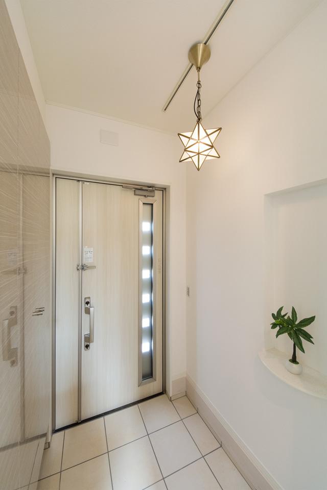 ペンダントライトが空間をやさしく照らします。玄関にはニッチカウンターを設置。小物などをおしゃれにディスプレイできます。