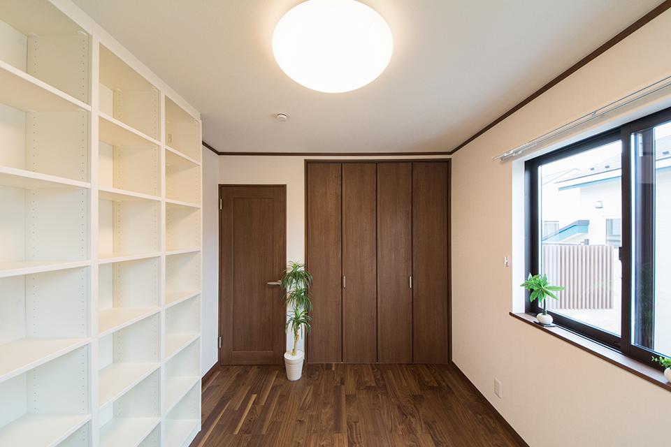 収納量たっぷりの造り付け収納を設えた2階洋室。