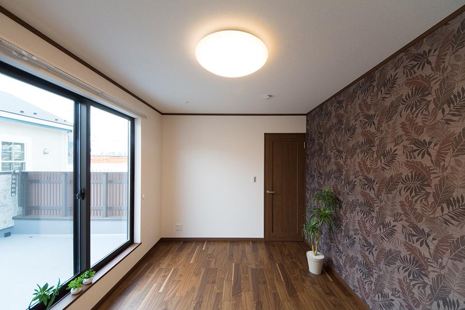 2階主寝室。アクセントクロスがシックでエレガントな雰囲気を演出。