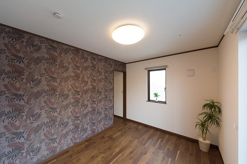 2階主寝室。ブラックウォルナットのフローリングがナチュラルな雰囲気を演出。